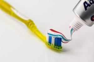 DD_dal dentista_bocca sana e denti puliti in 7 mosse_spazzolino da denti_dentifricio